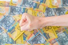 Die Hand der Frau auf australischem Dollar Lizenzfreie Stockbilder
