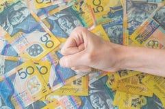 Die Hand der Frau auf australischem Dollar Stockfoto