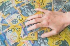 Die Hand der Frau auf australischem Dollar Stockbilder