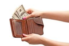 Die Hand der Frau, die 100 Dollar vom Geldbeutel nimmt Lizenzfreie Stockfotos