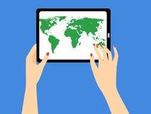 Die Hand der Frau, die eine Tablette mit Weltkarte auf dem Schirm hält Lizenzfreies Stockbild