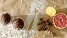 Die Hand der Frau, die selbst gemachte Kuchen setzt, nähern sich Würzen stock video footage