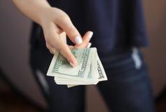 Die Hand der Frau mit Geld Lizenzfreies Stockbild