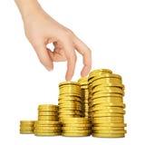 Die Hand der Frau mit goldenen Münzen auf Weiß Lizenzfreies Stockbild