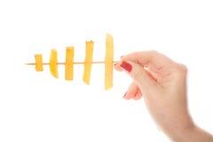 Die Hand der Frau mit roter Nagelholding briet Kartoffeln Lizenzfreie Stockfotos