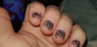 Die Hand der Frau mit sparkly Nagellack lizenzfreie stockfotos