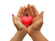 Die Hand der Frau und die Hand der Männer halten das rote Herz zusammen, lokalisiert Stockbild