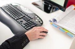 Die Hand der Frau unter Verwendung einer Computermaus Stockfoto