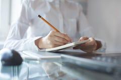 Die Hand der Frau unter Verwendung eines Bleistifts Stockfoto