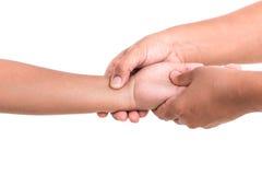 Die Hand der Frau, welche die Hand der Kinder lokalisiert auf weißem backgroun hält Lizenzfreie Stockbilder