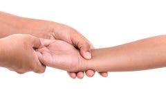 Die Hand der Frau, welche die Hand der Kinder lokalisiert auf weißem backgroun hält Lizenzfreie Stockfotografie