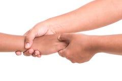 Die Hand der Frau, welche die Hand der Kinder lokalisiert auf weißem backgroun hält Stockfotografie