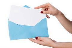 Die Hand der Frauen mit Umschlag und Karte für Ihren eigenen Text Lizenzfreies Stockbild