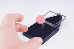 Die Hand der Männer, die eine rote Tablette mit einer Aufschrift DROGE in einem mou nimmt Stockfoto