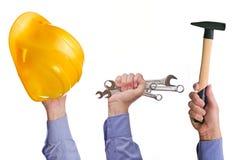Die Hand der männlichen Arbeitskraft, die verschiedene Handwerkshandelswerkzeuge hält Stockfotografie