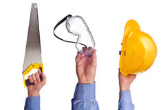 Die Hand der männlichen Arbeitskraft, die verschiedene Handwerkshandelswerkzeuge hält Lizenzfreies Stockbild