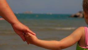 Die Hand der Mutter h?lt die Hand ihrer Tochter stock video