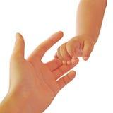 Die Hand des Babys, die den Finger der Mutter hält Stockfoto
