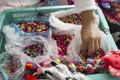 Die Hand des Dekorationsherstellers Lizenzfreie Stockfotografie