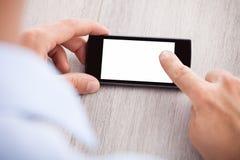 Die Hand des Geschäftsmannes, die Smartphone mit leerem Bildschirm hält Lizenzfreie Stockfotos
