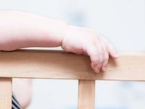 Die Hand des Kindes auf einem Brett Lizenzfreie Stockfotos