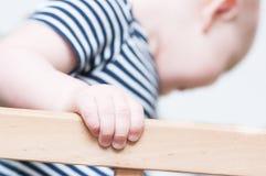 Die Hand des Kindes auf einem Brett Stockfoto