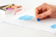 Die Hand des Kindes, eine Wolke zeichnend. Lizenzfreie Stockbilder