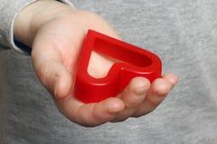 Die Hand des Kindes mit einem roten Inneren Lizenzfreie Stockfotos