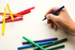 Die Hand des Mannes, bereiten vor, um ein Bild zu zeichnen Lizenzfreie Stockfotografie