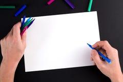 Die Hand des Mannes, bereiten vor, um ein Bild zu zeichnen Stockbilder