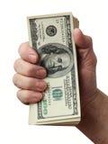 Die Hand des Mannes, die einen Stapel des Amerikaners hundert Dollarscheine anhält Stockfotos