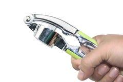Die Hand des Mannes, die reibendes hartes Oberteilkrabbenwerkzeug, zerquetschten Knoblauch hält Stockfoto