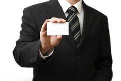 Die Hand des Mannes, die Visitenkarte zeigt Lizenzfreie Stockfotos