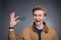 Die Hand des Mannes, die Visitenkarte zeigt Stockfoto