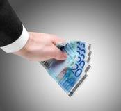 Die Hand des Mannes, die zwanzig Euroanmerkungen hält Lizenzfreies Stockbild