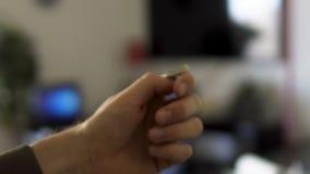 Die Hand des Mannes, die eine Münze, ein Vermögen und ein Risiko, Entscheidung des großen Momentes, Möglichkeit leicht schlägt stock footage