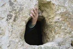 Die Hand des Mannes, die eine Steinleiste hält Geheimgang lizenzfreie stockfotos