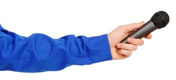 Die Hand des Mannes in einem blauen gestreiften Hemd, das ein Mikrofon hält Lizenzfreies Stockbild