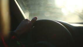 Die Hand des Mannes fährt Auto bei Sonnenuntergang stock video