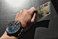 Die Hand des Mannes hält eine Banknote stockfotografie