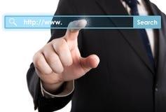 Die Hand des Mannes klickt an die Adresszeile Lizenzfreie Stockfotografie