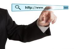 Die Hand des Mannes klickt an die Adresszeile Stockfotografie