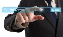 Die Hand des Mannes klickt an die Adresszeile Lizenzfreies Stockbild