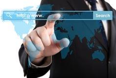 Die Hand des Mannes klickt an die Adresszeile Stockfoto