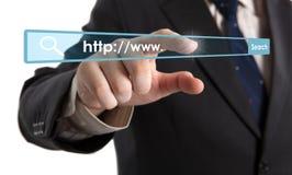 Die Hand des Mannes klickt an die Adresszeile Lizenzfreies Stockfoto
