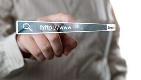 Die Hand des Mannes klickt an die Adresszeile Stockfotos