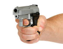Die Hand des Mannes mit einem Gewehr lizenzfreies stockfoto