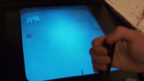 Die Hand des Mannes spielt mit einem Retro- Weinlesesteuerknüppel, der an Spielautomaten angeschlossen wird stock footage