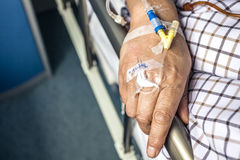 Die Hand des Patienten auf dem Bett Lizenzfreie Stockfotos