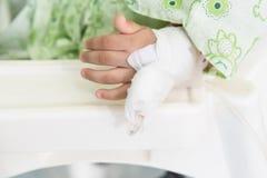 Die Hand des Patienten mit einem intravenösen Tropfenfänger Stockfoto